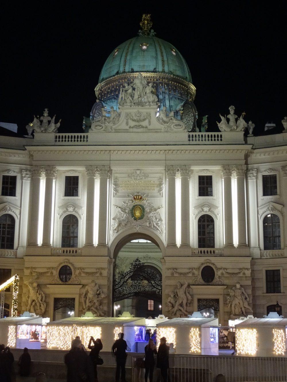Weihnachtsbeleuchtung-Wiener Hofburg Michaelerplatz